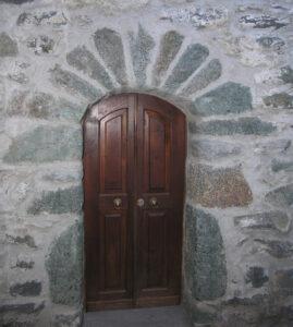 13. Cloritoscisti granatiferi utilizzati a definizione dell'apertura di una abitazione tradizionale nel villaggio di Plout (Saint-Marcel).