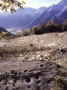 13. Piccolo dosso marmoreo inciso a coppelle al Colle di Nazte (Verrès).