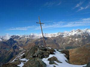 16 - La cima della Roisetta, con panorama verso ovest. La croce è piantata su un piccolo risalto di serpentiniti.