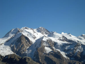 17 - Le dome cristallin du Mont Rose, de la Pointe Dufour au Castor, sculpté en roches continentales subduites, c'est-à-dire enfoncées à la base de l'edifice alpin avant de rebondir en surface.