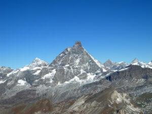 19 - La pyramide isolée du Cervin charriée sur la nappe océanique du Combin, ici représentée par le Fuerggen (a droite). Au grand plan les Cime Bianche.