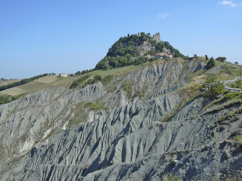 1. Rocche e castelli del feudo di Canossa (Reggio Emilia) sono costruiti su isolati risalti di roccia oceanica (ofioliti) emergenti dalle arenarie ruiniformi riservate al penitente imperatore Enrico IV (anno 1077).
