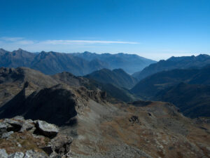 1.Panorama dalla Tête des Hommes. Sullo sfondo, in centro, la valle di Champorcher priva di confluenze da sinistra.