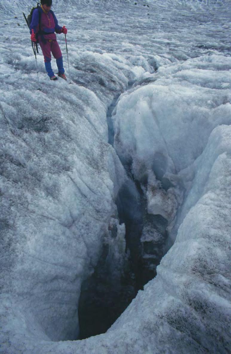 21. Una immagine di acque percolanti sulla superficie del ghiacciaio catturate da un inghiottitoio. Dal web.