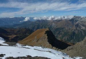 23 - Vaste terrazze pascolive si stendono su entrambi i lati della Valtournenche, oltre i 2000 m di quota. Al centro e verso destra nella foto, la nicchia di distacco di una grande paleofrana.