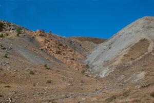 2.Una forra anomala si scava in mezzo ai pascoli.