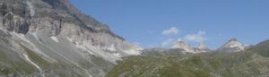 3-1. La vistosa fascia bianca di evaporiti triassiche forma le Cime Bianche, poi sostiene la catena spartiacque fra Valtournenche e Val d'Ayas.