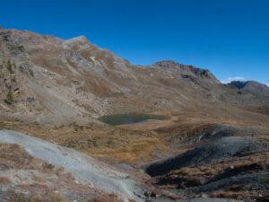 """4.Monticelli sabbiosi (""""colline tettoniche"""") costellano la riva ad ovest del lago Raty."""
