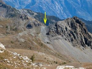 5.La faglia, segnata dalla freccia, incide la roccia del Bec Barmasse. La cima appartiene al compartimento inferiore della faglia.