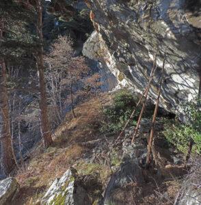 6-2. Il riparo sotto roccia, già occupato nel XVI secolo, è stato riutilizzato di recente dal Corpo Forestale.