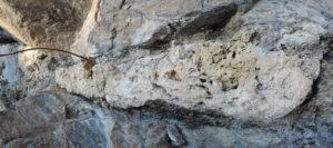 6-4. Masserella di roccia evaporitica vacuolare, detta carniola, generalmente riscontrabile alla sommità della serie triassica.