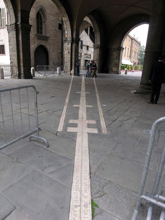 Calendario solare sul pavimento della piazza nella città alta di Bergamo