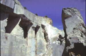 Sul fronte di cava sono visibili le brecce di serpentino in cemento marmoreo (oficalciti)