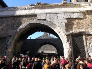 """Il rivestimento della Porta Pretoria ad Aosta attende un restauro che lo completi. È in marmo a silicati (""""bardiglio"""") di Villeneuve, cava dismessa"""