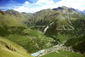 Panorama del Montzalet con le sue miniere. In basso il capoluogo con la discarica, più in alto a sin. Gimillan e il vallone del Grauson