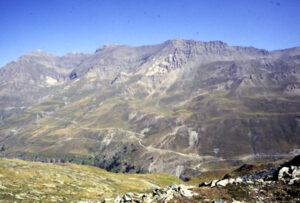 Panorama del versante nord dell'Urtier (calcescisti oceanici) con le strisciate bianche del Fascio di Cogne