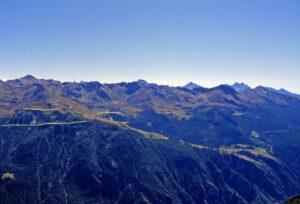 Dal versante opposto della Valtournenche, la pila delle unità leggermente inclinate verso l'osservatore. Evidenziata la fascia triassica dalle Cime Bianche a La Magdeleine.