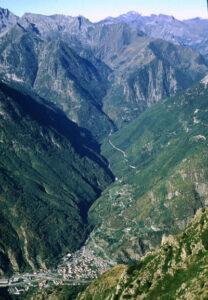 """Hône ed il tratto terminale della valle dell'Ayasse. Le """"Tre goye"""" sono all'apice del conoide su cui sorge il capoluogo; verso il centro della foto c'è Charvaz e Courtil è verso destra"""