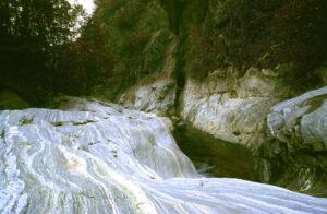 Fluisce l'acqua, fluisce la roccia lungo le medesime linee di forza