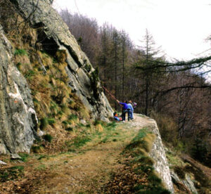 """Lungo la stradina militare d'inizio ottocento si esercitano i rocciatori a superare le placche di Biel: i piani di foliazione sono qui esposti """"di piatto"""" (a franapoggio)"""