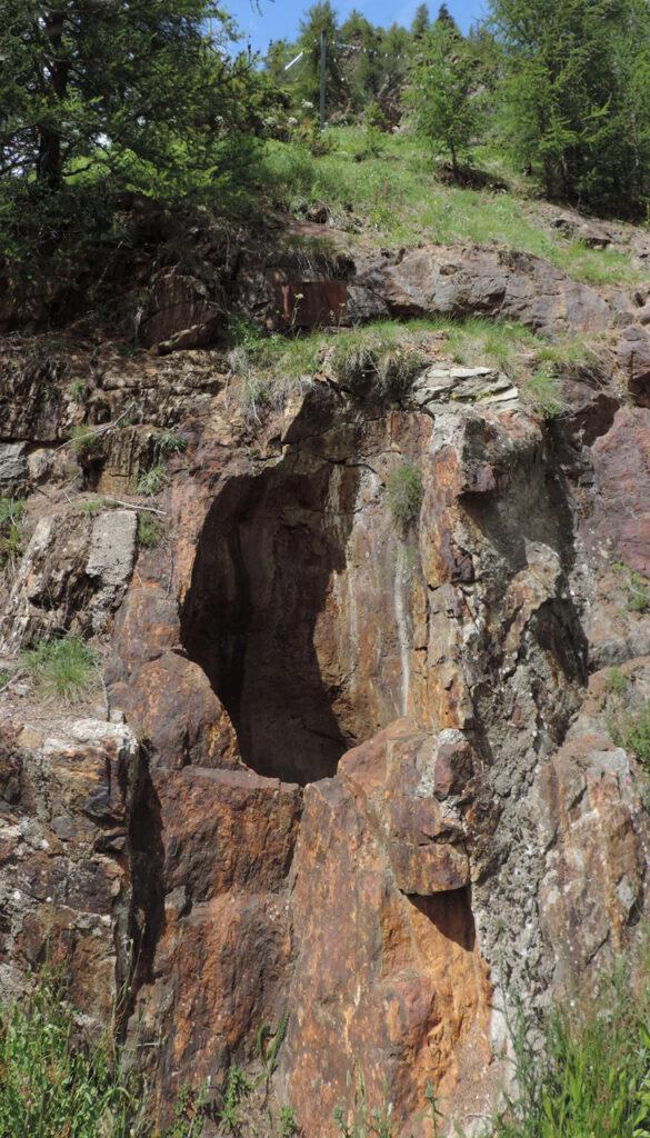 La Marmitta di Bionaz è scavata nelle rocce rugginose dell'Unità di Valpelline di età paleozoica, sul bordo di una rottura di pendenza sul ripido versante destro della valle.
