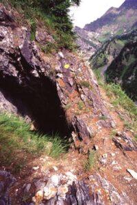 Uno degli ingressi alla storica miniera detta Trou des Romains (solfuri di piombo e argento)