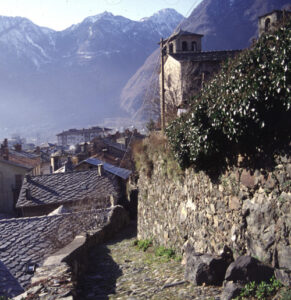 La strada antica di Challand lascia apparire dal basso le prorompenti rupi di metagabbro su cui sorge la Prevostura di Saint Gilles