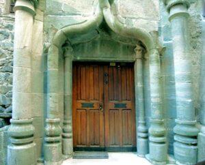 Il sorprendente portale della Prevostura, scolpito in anfiboliti verdi