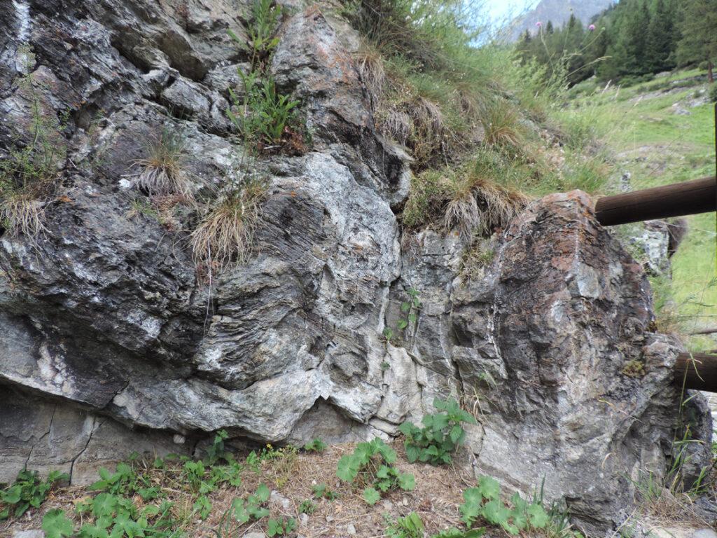 Les Cretes è costruito su di un risaltino roccioso che si rivela essere costituito da marmo.