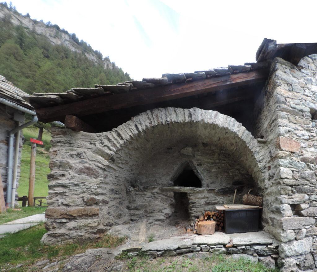 Il forno da pane del villaggio delle Cretes.