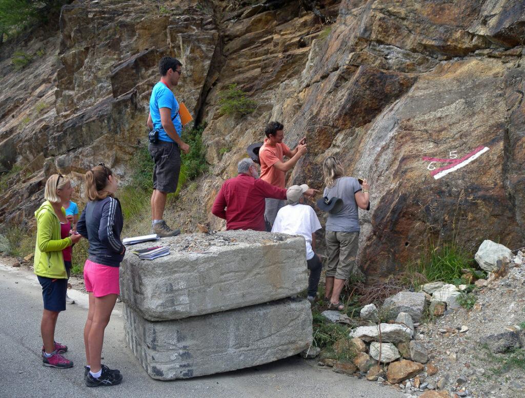 Questi affioramenti di Bionaz in Valpelline sono meta frequente di gruppi di studio organizzati da istituti di ricerca di tutto il mondo.