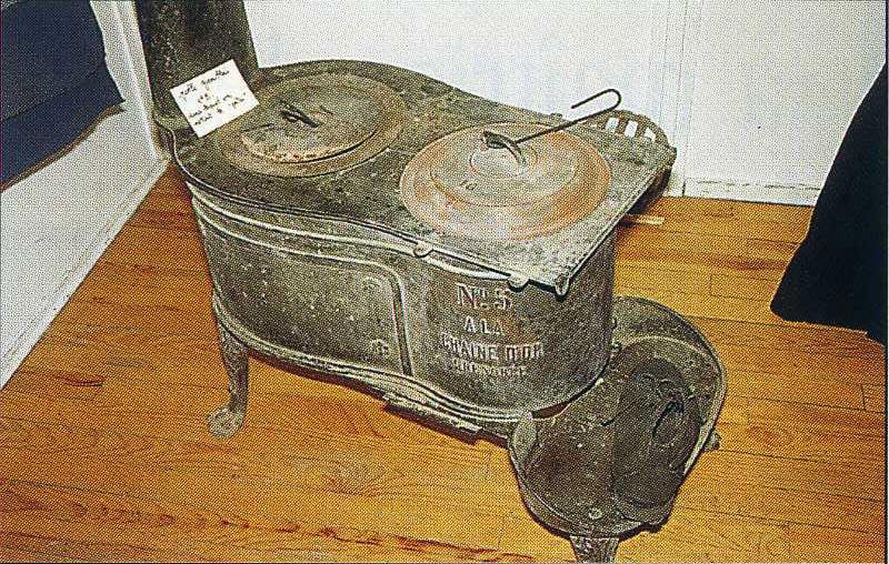 04. Una stufa in ghisa fabbricata a Grenoble e appositamente studiata per usare la polvere di carbone come combustibile.