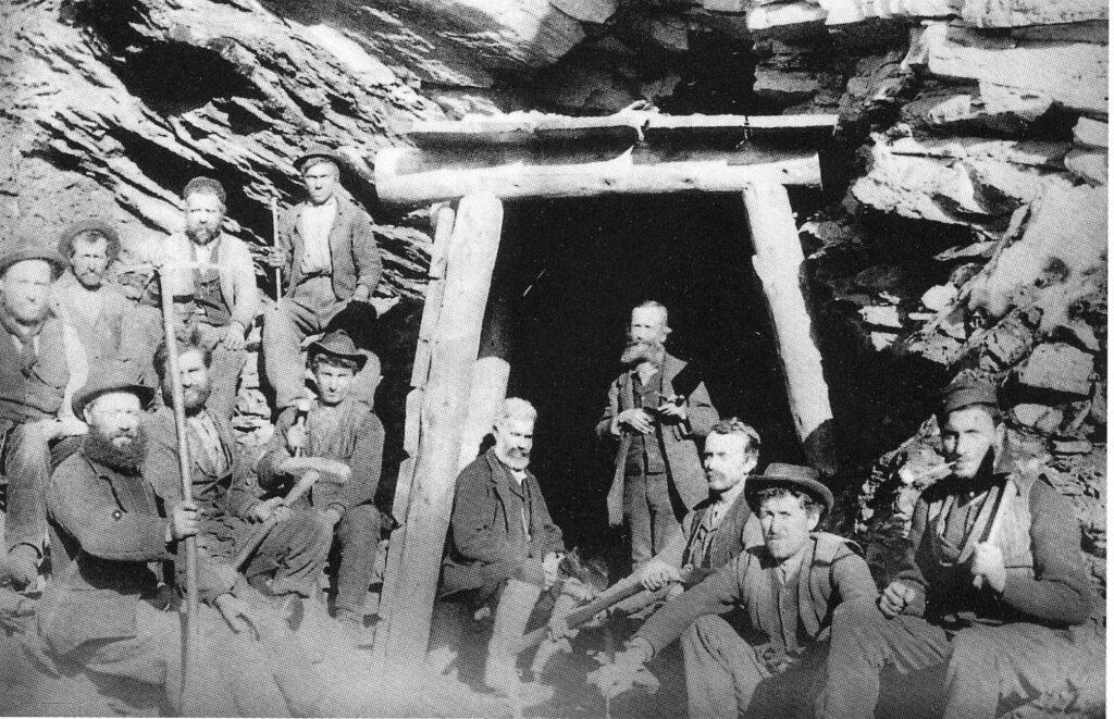 Foto d'epoca all'ingresso di una galleria mineraria. Da S.A.N.Cogne,1933.