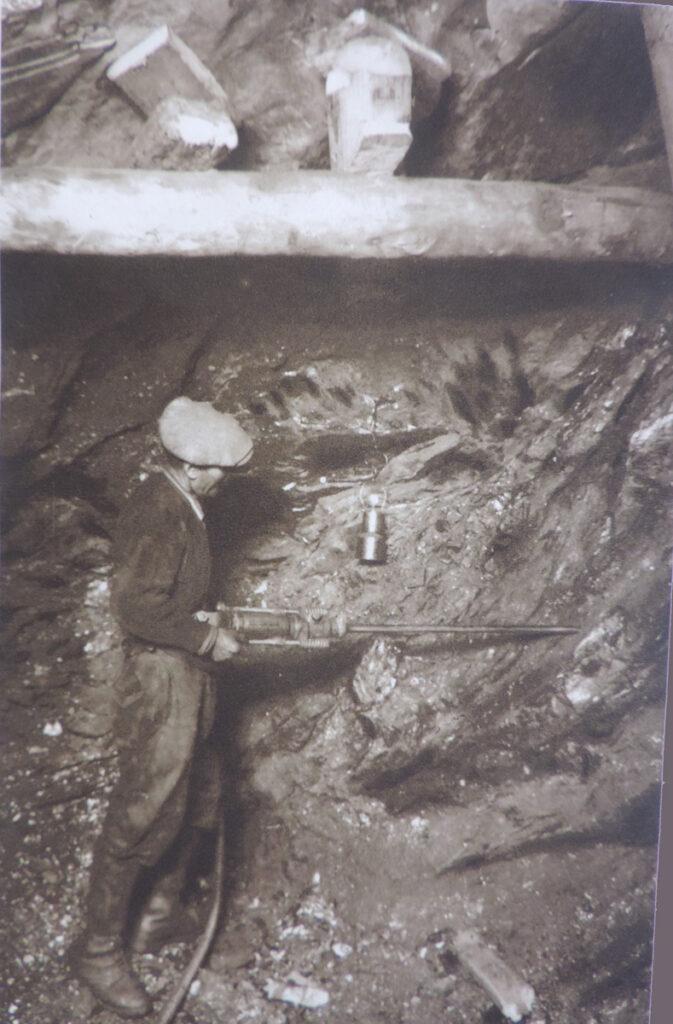07. Minatore al lavoro sul fondo di una galleria, per predisporre i fori da mina.