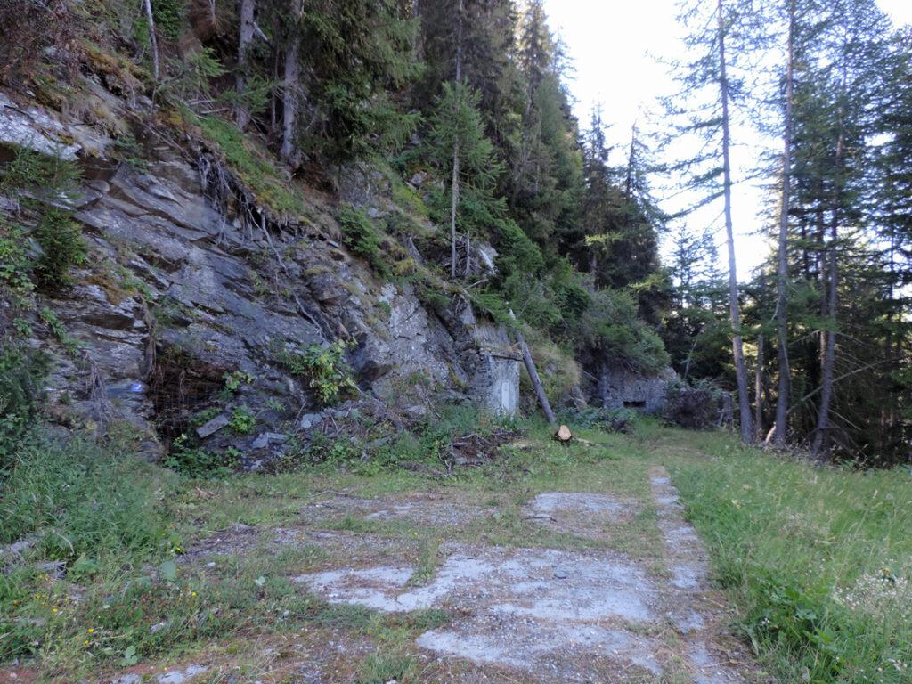 08. Ingresso Col Croce. Al fondo è visibile l'ancoraggio della prima teleferica (anni '20) per il trasporto del minerale alla Balma (Pré-Saint-Didier).