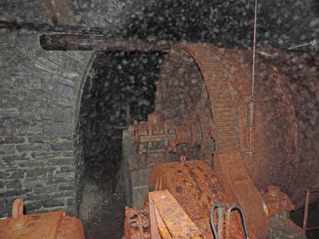 """Il grande argano o carrello (""""skip"""") che sollevava i vagoncini delle gallerie più basse (Villaret) per portarli al livello della ferrovia per Arpy."""