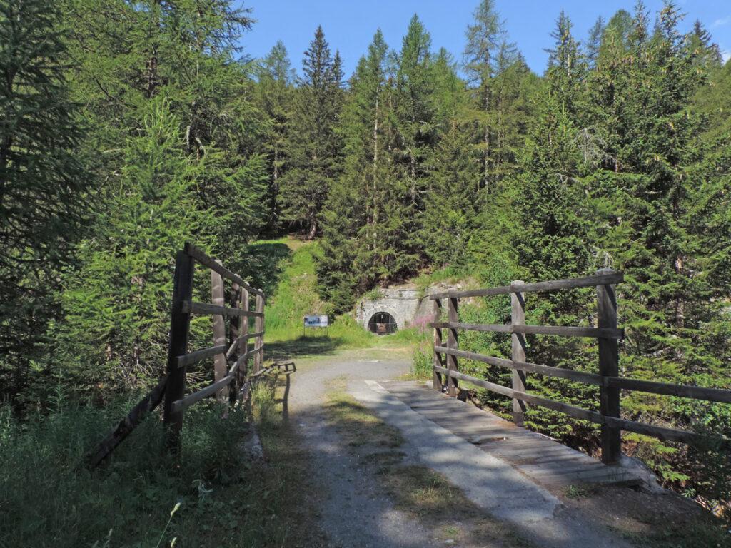 L'uscita del trenino dalla galleria nel vallone di Arpy.