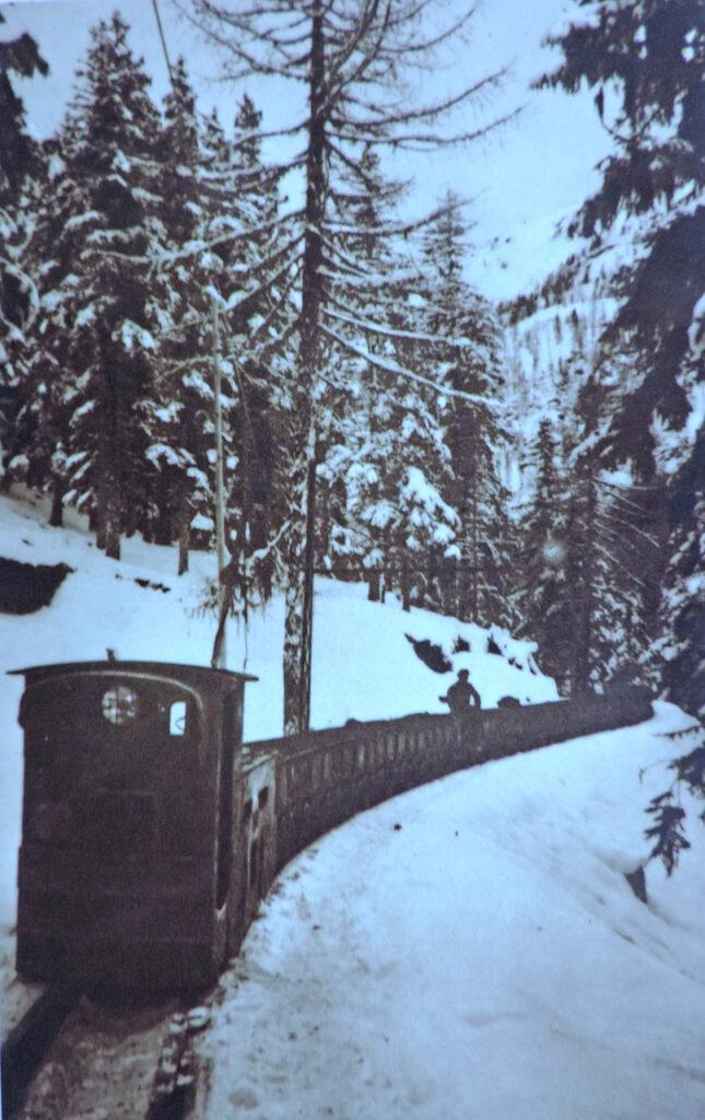 Il trenino a scartamento ridotto correva in piano all'aperto per 1,8 km fino alla partenza della teleferica per Morgex.