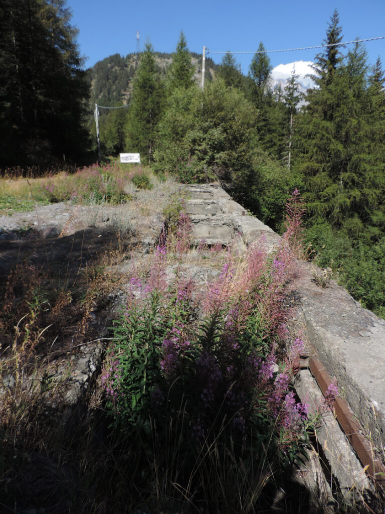 Della stazione superiore della teleferica non resta che il piazzale di carico con le tramogge in cemento.