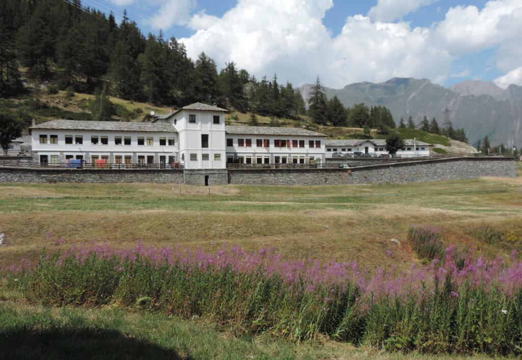 L'edificio centrale del villaggio minerario, recuperato a fini turistico-alberghieri.