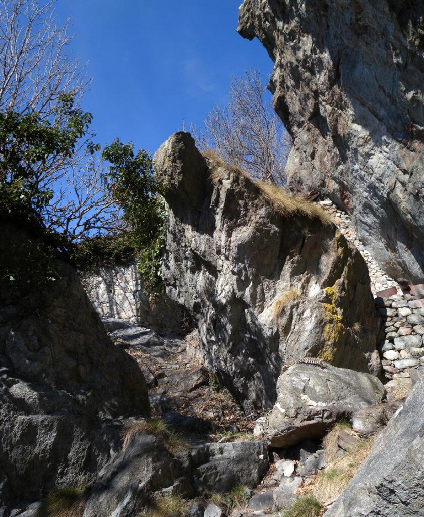 L'assestamento profondo del versante all'adret di Donnas ha prodotto una estesa frammentazione della massa rocciosa in blocchi a spigolo vivo.