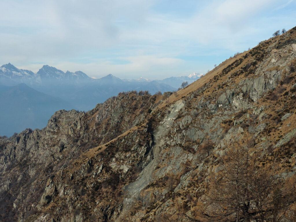 La nicchia di distacco delle colate vista dal crestone erboso tra il Mont de Beuby e la Croix Courma.