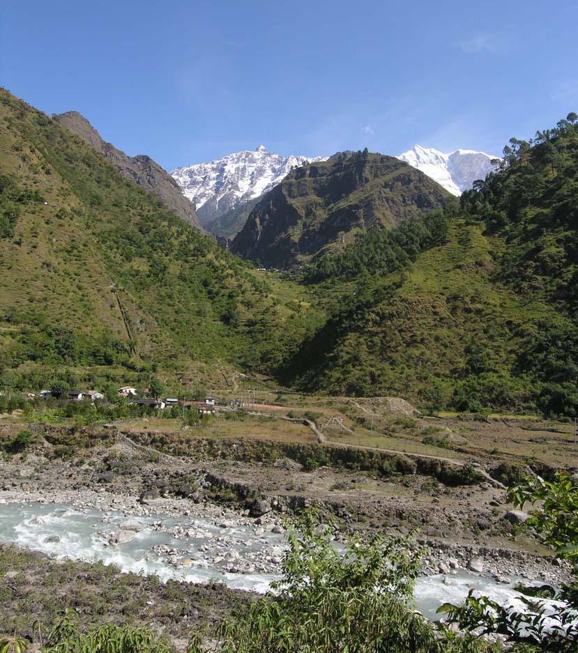 02. Il bivio per l'Annapurna. Valli come le nostre, con boschetti e terrazze alluvionali, ma senza strade carrozzabili.