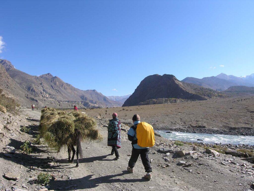 13. A nord della catena cristallina dell'alto Himalaya si può dire che siamo geologicamente in Tibet, paese dei grandi spazi e dei grandi spostamenti.