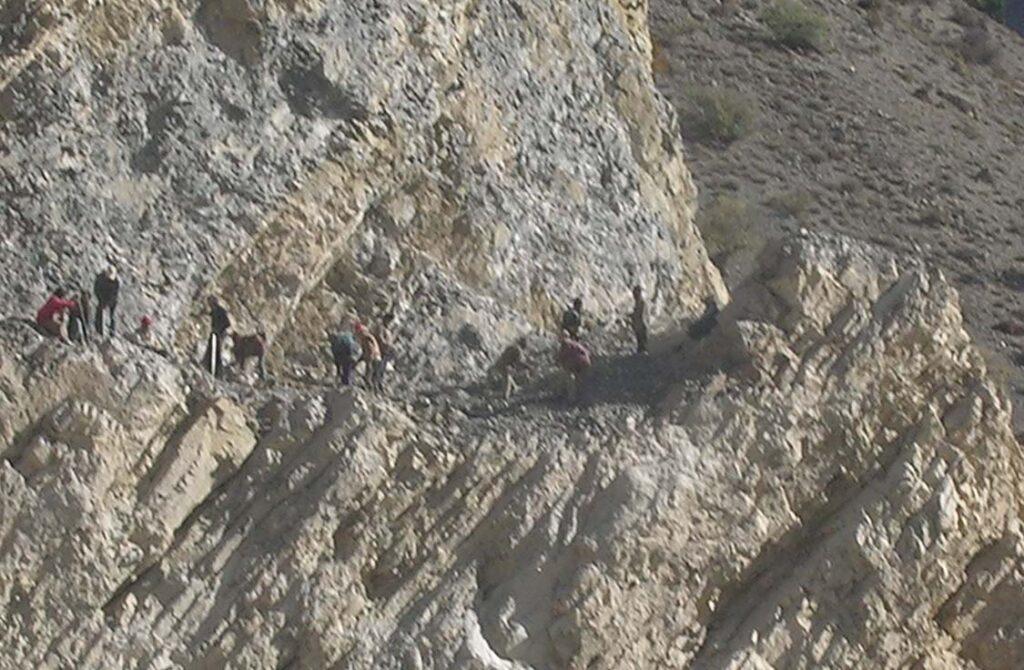 03. Sulla parete rocciosa, operai cinesi all'opera per costruire una delle strade strategiche per dare al Tibet uno sbocco al mare.