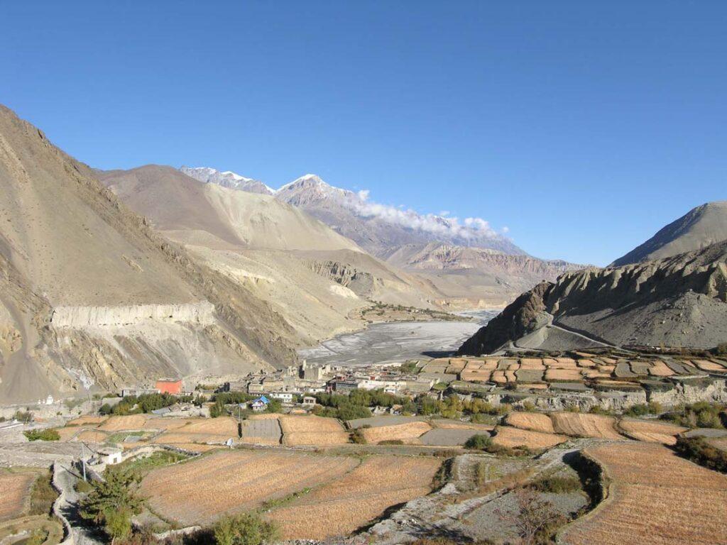 17. Siamo alle porte del grande altopiano tibetano. Una miriade di orti e campicelli cerca ora di nutrire anche la marea dei turisti oltre ai residenti.