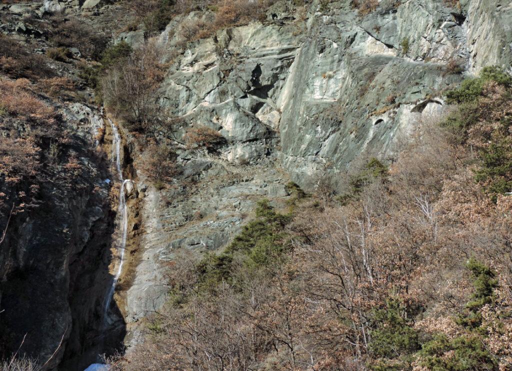 La cascata sul torrentello Fontanallaz ai piedi della quale termina il sentiero segnalato che sale da Domianaz (Chatillon). A destra due archi residui a sostegno dell'antico Ru du Pan Perdu.