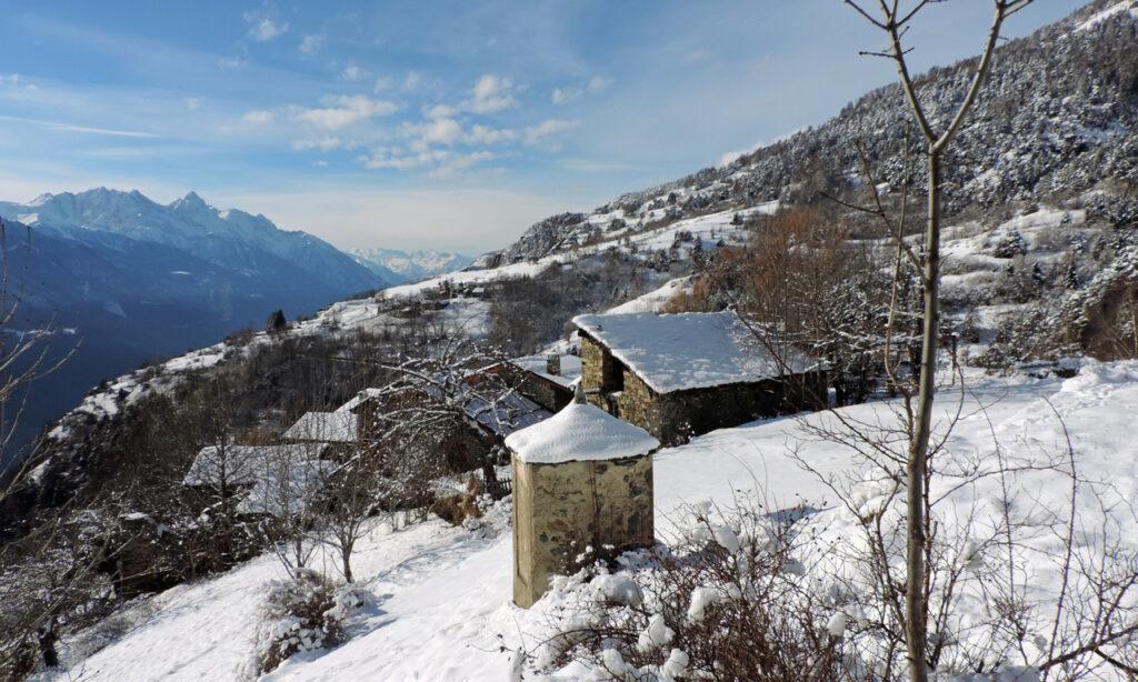 Una veduta invernale del villaggio di Travod, sul confine fra i Comuni di Chatillon e Saint-Vincent.