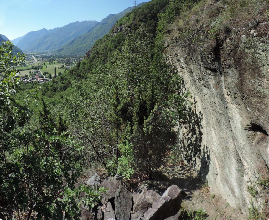 Il primo traverso del sentiero verso nord taglia alcuni affioramenti di rocce friabili e scistose.