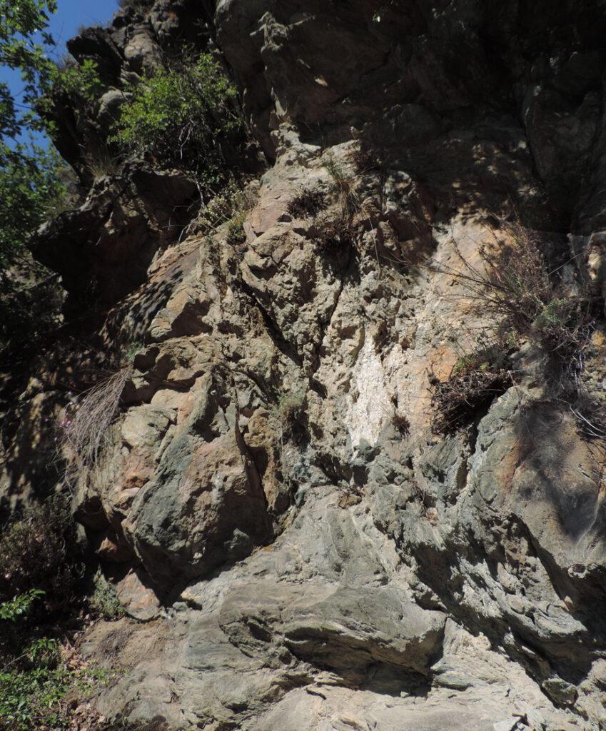 La tormentata geometria degli affioramenti di serpentinite tradisce le intense deformazioni subite in profondità e durante la risalita del corpo roccioso.